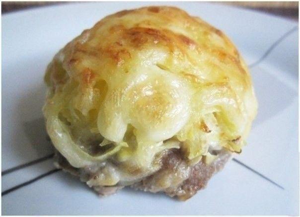 Mleté maso, cibulka, na vrchu nastrouhaný sýr a majonéza. To vše zapečené v troubě s minimem oleje. Dobrou chuť!