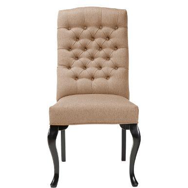 Ob prächtige Rittertafel oder großzügiger Landhaustisch - an Tischen mit Format sehen zierliche Stühle irgendwie verloren aus. Nicht so der Lilou-Stuhl. Mit seiner hohen Rückenlehne, den geschwungene Beinen vorne und der geknöpften Rücklehne verfügt er über eine stattliche Präsenz und bietet zugleich genau den hohen Komfort, den man bei mehrgängigen Menüs und an langen Abenden zu schätzen weiß. Sie haben die Wahl. Die Butlers-Stühle Lilou und Chloè sind mit den gleichen Begzugsstoffe...