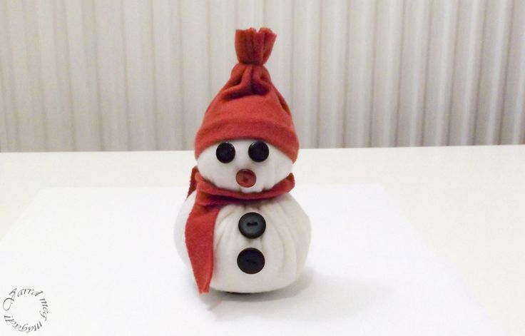 Addig is, amíg megérkezik a hó, készíts hóembert gombócból! Vidám asztali, vagy ablak dísz lehet, de a nagyobb gyerekek is örülni fognak neki!