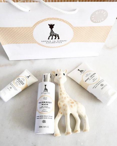 Sophie la girafe Baby on erittäin korkealaatuinen ihonhoitosarja, joka sopii kaikenikäisille lapsille. Tuotteista PikkuVaniljan suosituimmat ovat mieto suihkugeeli/ shampoo, vartalovoide ja SOS monitoimivoide!