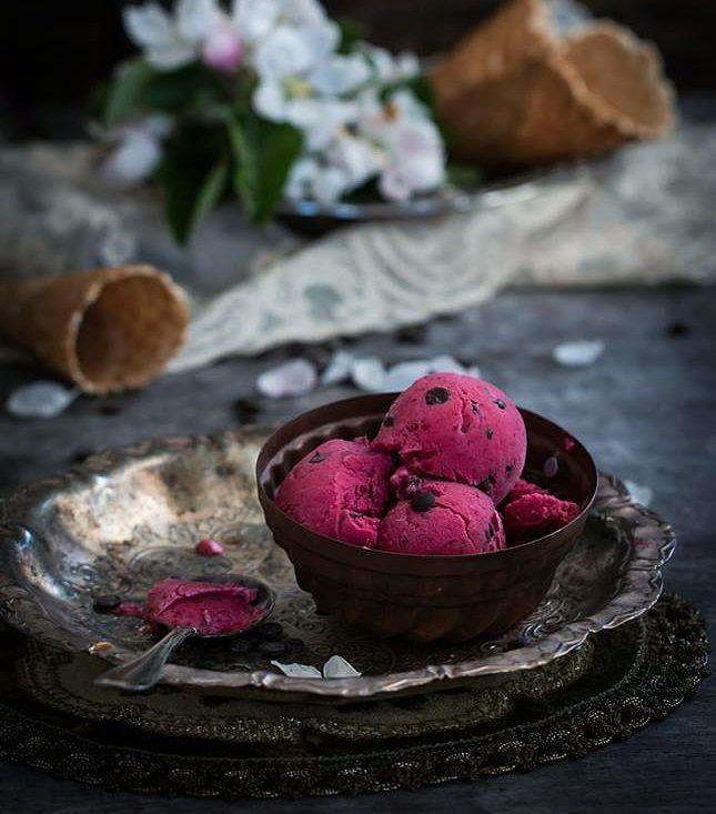 """Frozen  Raspberry Yogurt with Chocolate . Замороженный йогурт с малиной и шоколадными каплями для #весны_дыхание  от @nika_cook  u @elena_ex_pavlova  #красота_спасет_мир_  спонсоры @worth_wondering  @wild.chocolate @lafleurdecor.ru  И для @foodphotomonth  #фудфотомарт_16 ."""" Пока дети спят"""" . Когда ж ещё  можно съесть порцию почти настоящего мороженого с черным шоколадом ?  А вы даете детям шоколад ? Мои только в 5 лет узнали его вкус  да и вообще конфеты в их рационе  появились довольно…"""