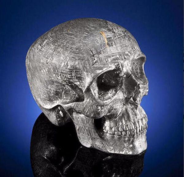 In den Verkaufsräumen von Bonhams, einem Auktionshaus in Los Angeles, wird die grösste Meteorit-Skulptur der Welt angeboten. Es handelt sich dabei um Yorick, eine Skulptur benannt nach dem toten Spassmacher, zu welchem Hamlet in Shakespeares Stück sprach. Der Künstler Lee Downey schnitzte aus einem der vielen Meteoriten, die in der Umgebung von Gibeon, Namibia verstreut [ ]