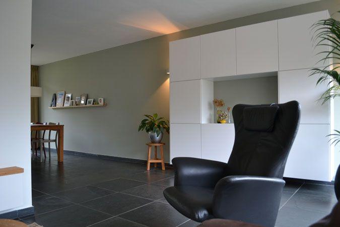 Interieurontwerp Malden, door Binnenkijken Interieuradvies.  Leisteen, zitkamer, lounge, kast Besta Ikea, draaifautieul, Farrow&Ball, groen, green www.binnen-kijken.com
