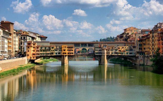 Firenze gyönyörű hídját különböző üzletek - elsősorban ékszerkereskedések - foglalják el