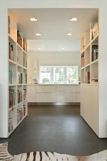 Vos Interieur. Praktische indeling van de kamer, waarbij je boeken in dit geval op een goede manier kan opbergen, een netjes gezicht in de woning, overzichtelijk en huiselijk. Veel voordelen, voor een rommelige boekenkast.