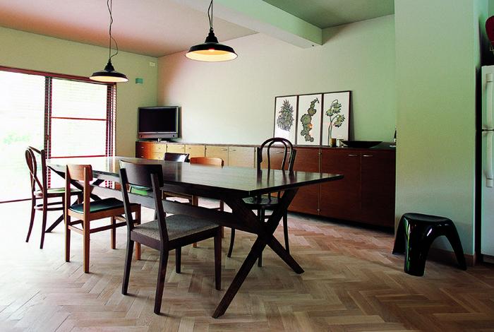 """国内一般住宅の例。やや抑え目のトーンの""""ヘリンボーン""""床がアンティークの家具を引き立て、落ち着いた雰囲気に。"""