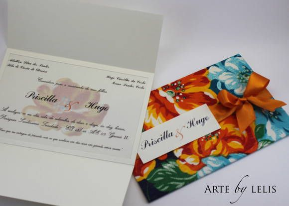 Convite de chita com fechamento de fita de cetim e etiquetas com nomes dos noivos e dos convidados. Texto no interior em moldura de papel. R$ 30,00
