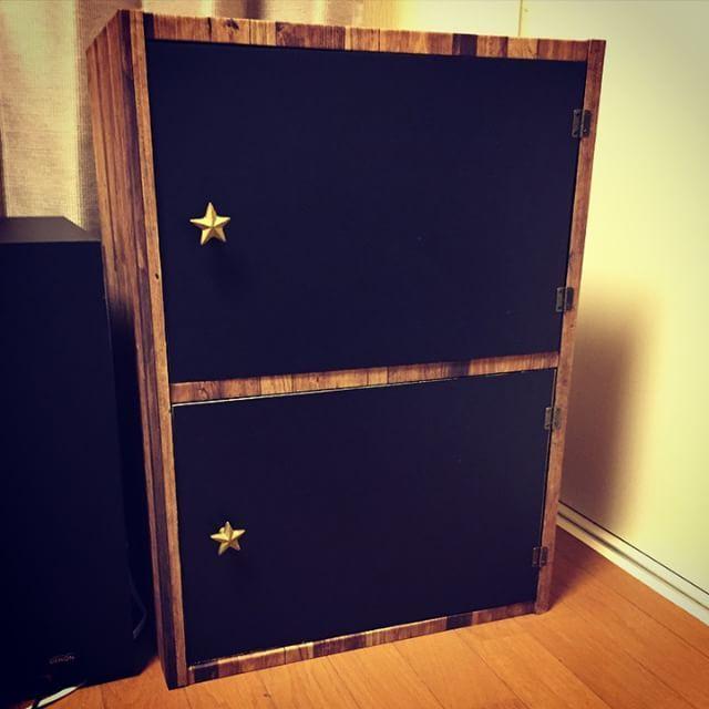 初、本格的DIY!ただの黒いカラーボックスに壁紙貼ってベニア板で扉つけて、、まぁ一日かかった( д)カラーボックスあと一個あるんだけど疲れすぎたからやる気が、、、黒板だから何か書かねばっ  #カラーボックスリメイク #黒板シート #セリア #壁紙屋本舗  #壁紙 #フランフラン #DIY #ベニア板