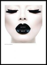 Fotokonst med svartvita fotografier på affischer, planscher och posters. Modernt och populärt fotografi på kvinna med svarta läppar.