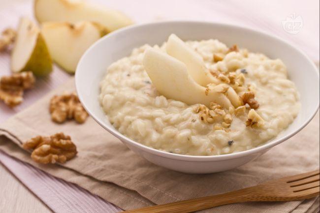 Il risotto con gorgonzola, pere e noci è un raffinatissimo primo piatto, in cui il sapore deciso del gorgonzola è ingentilito dalla morbida e succosa polpa delle pere, ed arricchito da croccante granella di noci.