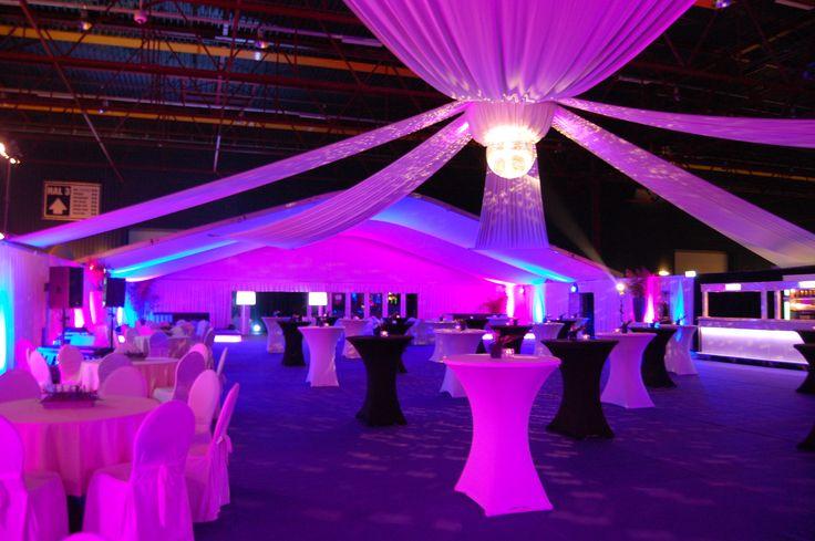 inrichting loods / schuur, baldakijn, statafels, feest / bruiloft