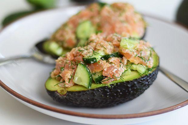 Heute gibt es einen schnellen und sättigenden Snack. Ein einfacher Salat aus Räucherlachs und Gurke serviert auf Avocado: leicht und verführerisch lecker!    Räucherlachs und Gartengurken kleinschneiden und mit Meerrettich und frischem Dill vermischen. Mit Salz und Pfeffer gewürzt ist das schon sehr lecker. Auch ein Löffel