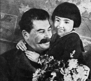 Russia, la tragica storia dietro la celebre foto di Stalin con una bambina - Rai News