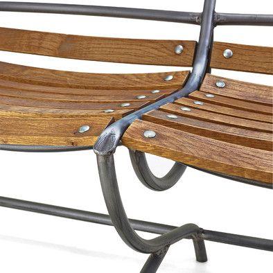 Die auffälligen großen Bögen, die, wie das Gestell von Stuhl und Bank insgesamt, aus Stahlrohr gefertigt sind, kommen... - Gartenbank Freischwinger