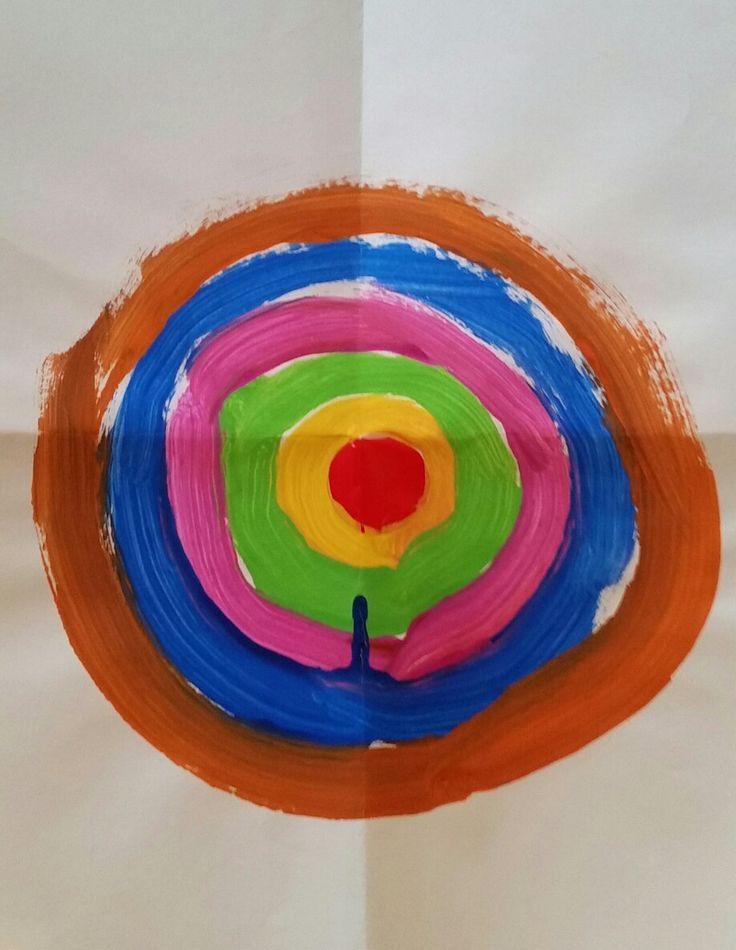 Plak een plakcirkel in het midden en laat de kinderen op het verfbord er verschillende kleuren omheen schilderen