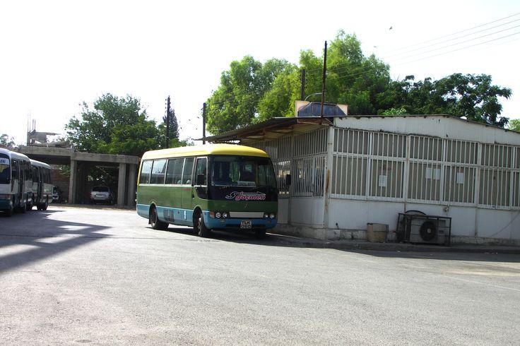 Aubusové nádraží v Nicosii. Řidič zacouvá až před dveře budovy a může se nastupovat.