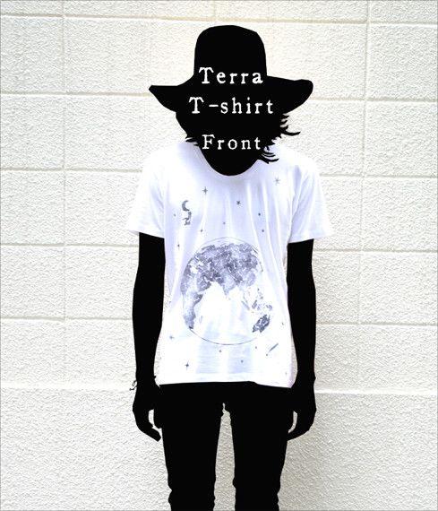 自作絵本の主人公『1君』と地球の図案のTシャツです。深いUネックが特徴。プリントは版画の手法で一枚一枚手刷りで行っていますので、独特の表情が楽しめます。色止め...|ハンドメイド、手作り、手仕事品の通販・販売・購入ならCreema。