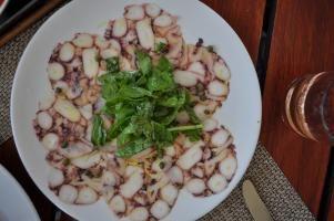 Milovníci mořských plodů určitě ocení carpaccio z chobotnice. Vynikající recept vám zabere zhruba hodinu a čtvrt, avšak rozhodně stojí zato. Skvělé maso z chobotnice v kombinaci s lehkou zálivkou si oblíbíte.