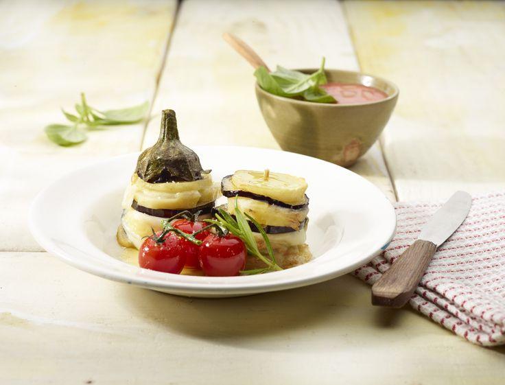 Een overheerlijke aardappel-auberginetorentjes, die maak je met dit recept. Smakelijk!