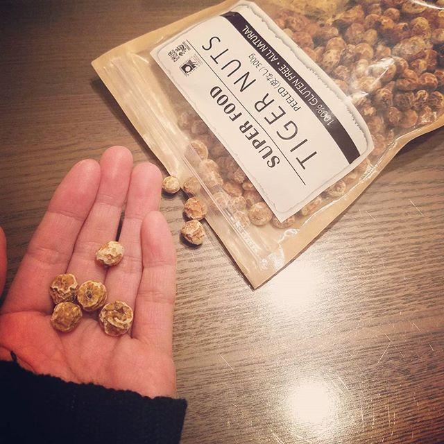2016/11/21 21:43:04 co557co SUPER FOODのTIGER NUTU 始めましたん✨  タイガーナッツとは…👆 ナッツ類ではなく、野菜の仲間でカヤツリグサと言う植物の地面の中の茎部分に出来ているもの。  食物繊維が特に豊富に含まれるててアーモンドと比較すると3倍、ゴボウは14倍。  アンチエイジング効果が期待出来るビタミンEに関しても2.5倍以上。  鉄分、ミネラル、オレイン酸も豊富なので栄養の宝庫✨  美容、ダイエットにも効果ありっ❕  豊富な食物繊維のお陰で食事の後の血糖値の上昇が穏やかになるので食前に食べておくと脂肪を溜めやすくするインスリンを抑えることが出来てダイエット効果にもなるわけ。  100㌘当たり500㌔カロリー位アーモンドよりは低いけどカロリーあるから食べ過ぎは注意😜  #tigernuts#superfood#タイガーナッツ#スーパーフード#食品#健康#ダイエット#美容 #久々の長文お許しくださいませ🙏 #チアシード?パクチー?以来かな😜 #健康が気になるお年頃 #良いのは試したくなるなる #便秘の人にもいいんだって~…