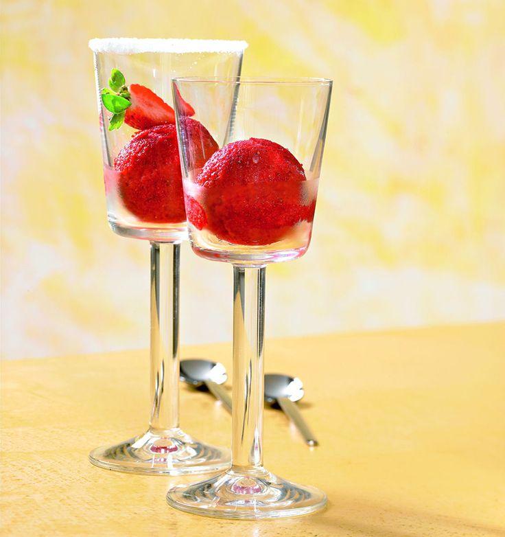 Erdbeer-Himbeer-Sorbet Ein fruchtiges Sorbet mit Erdbeeren und Himbeersirup für warme Tage