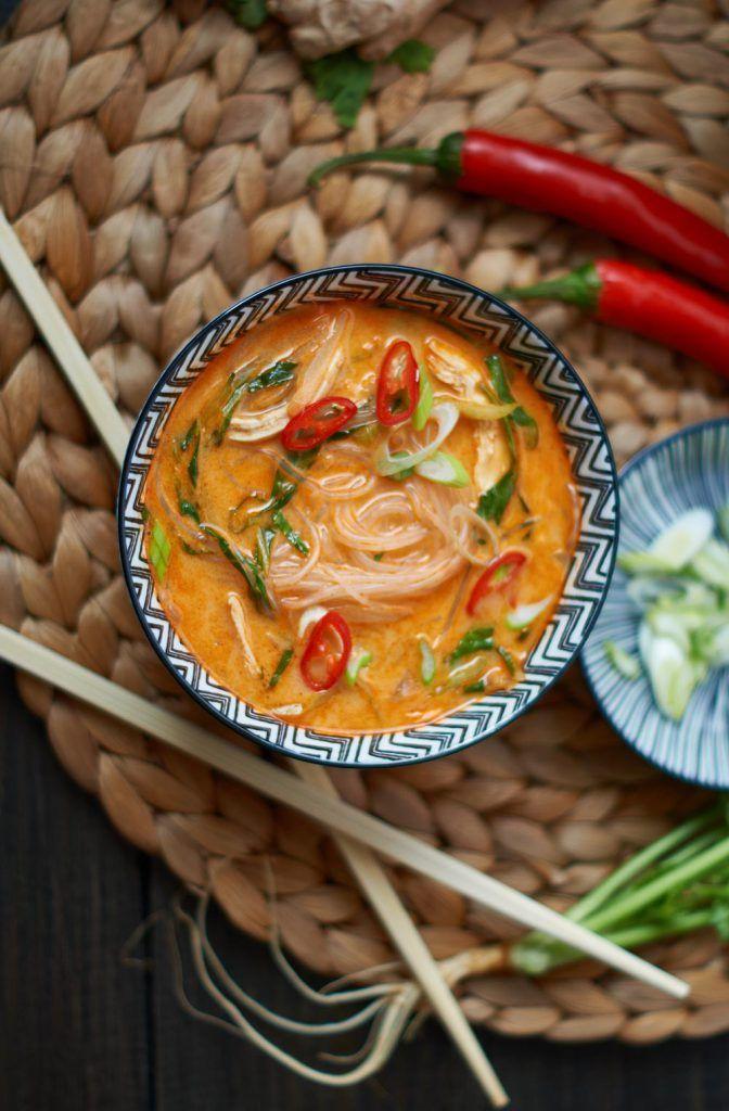Rote Thai Curry Suppe mit gekochtem Hühnerfleisch und Pak Choi - Thai Red Curry Soup with cooked Chicken and fresh Pak Choi - Rezept auf carointhekitchen.com (Fitness Food Chicken)