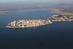 Gölyazı, Bursa-İzmir karayolunda Uluabat gölü (Apollont gölü) kıyısında küçük bir yarımadada kurulmuştur. Tarihi, Roma dönemine kadar gider. Roma döneminden kalanları, evlerin temel taşlarında görmek mümkündür. Tarihi ve coğrafi orijinal özellikler taşır. Apollon Krallığı'nın merkezi olarak bilinir. Köyün başlıca geçim kaynağı günümüzde balıkçılık ve zeytinciliktir. Ayrıca her sene düzenlenen Leylek Şenliği vardır. Döneminde bir süre Adramytteion (Edremit) 'na, bir süre de Kizikos (Edincik)…