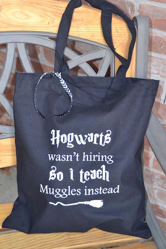 ¡Perfecto para tu maestro favorito para amantes de Harry Potter! Esta bolsa inteligente es ideal para una bolsa diaria, una bolsa reutilizables, o su grab & go bolsa para el coche.  Bolso de la lona es 100% algodón, tela de peso de 6 oz. Bolsa medidas 15 de alto por 14,75 amplia y tiene un 9,75 gota de las correas.  Impresión de la pantalla es nuestro diseño original y se imprime en tinta gris claro.