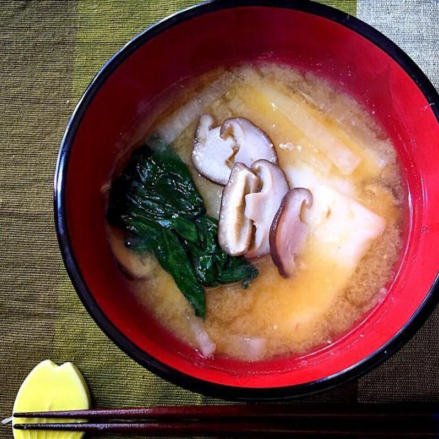 そろそろ、いつもの雑煮が飽きてきたので初めて大阪出身の嫁さんバージョンにチェンジ 白味噌仕立てで丸餅らしいけど…白味噌ないので…昨年お裾分け、nonちゃんちの田舎味噌に活躍していただく これで一升餅も完走できそうです❗️  ちなみに本来のうちの雑煮は小松菜、大根が具で醤油の澄まし汁に鰹節パラパラっとするのが定番。愛知県の雑煮はこんな感じ❓ - 78件のもぐもぐ - 味噌仕立ての雑煮 by kedent17