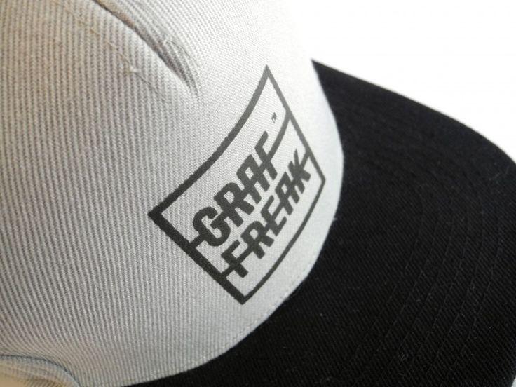 Snapback GRAFFREAK - jeden rozmiar, wiele opcji.Siwa czapka z daszkiem snapback z białym logo GRAFFREAK. Z boku wyszywana metka GRAFFREAK. Daszek w kolorze czarny, spód daszka - zielony. Rozmiar UNI. #graffreak #beyourself #cap #snapback #men #boy #girl #skate #parkour