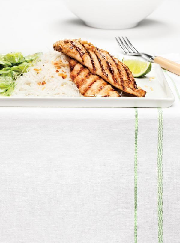 Recette de Ricardo d'escalopes de poulet asiatiques et salade de concombre
