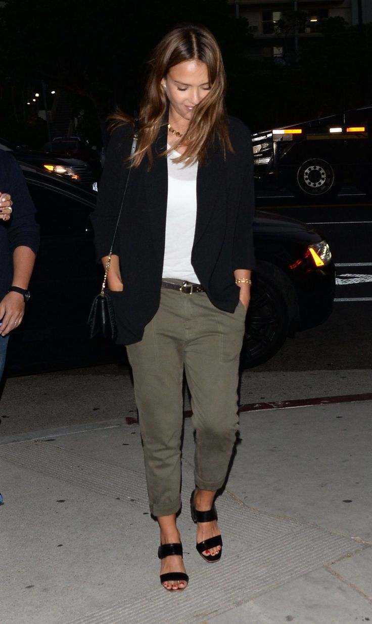 She's wearing cargo pants, a white tshirt and a black blazer. SIMPLEST OUTFIT EVER BUT CHIC AS HELL!
