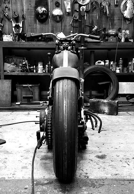 Una moto y un garaje lleno de herramientas. #nostalgía