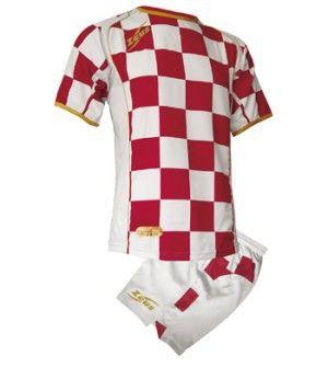 Fehér-Gránátvörös Kroazia Focimez Szett modern, kényelmes, tartós, kopásálló, magabiztos, vagány focimez szett. Enyhén karcsúsított, hátoldalán az első szín biztosítja a számozás helyét, méretei miatt, utánpótlás korosztály számára is kitűnő, meggyőző választás. Fehér-Gránátvörös Kroazia Focimez Szett 6 méretben és további 6 színkombinációban érhető el.