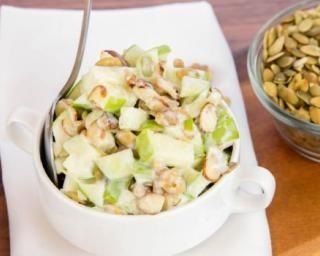Salade Croq'Kilos sucrée aux pommes, fruits secs et graines : http://www.fourchette-et-bikini.fr/recettes/recettes-minceur/salade-croqkilos-sucree-aux-pommes-fruits-secs-et-graines.html