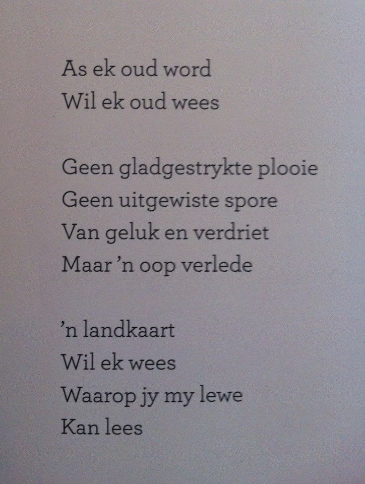 vertaald in Nederlands: Als ik oud word, wil ik ook oud zijn... Geen glad getrokken rimpels... geen uitgewiste sporen van geluk en verdriet, maar te zien dat ik geleefd heb. Een landkaart wil ik zijn, waarop jij mijn leven kan zien.