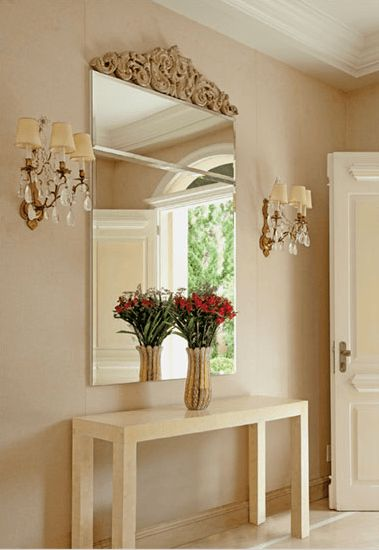 hall de entrada pequeno decorado com aparador espelho veneziano