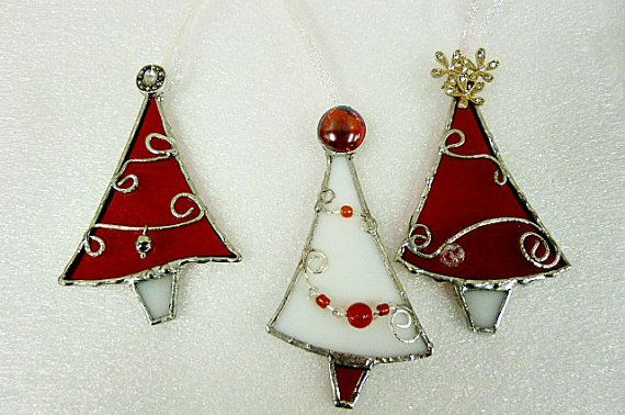 Red and White Stained Glass Christmas Tree Ornaments door miloglass