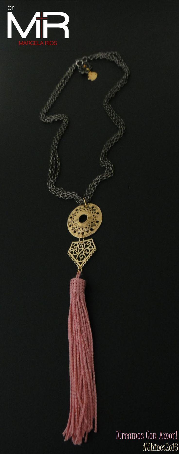 Línea: Shines2o16 Ref: VOO7 Cop:$32.ooo Descripción: Collar tipo gargantilla, hecho con cadenas x 3 lazos color bronce, adornada con una linda brooms color rosa.  ¡Te encantará!  *Sujeto a disponibilidad.
