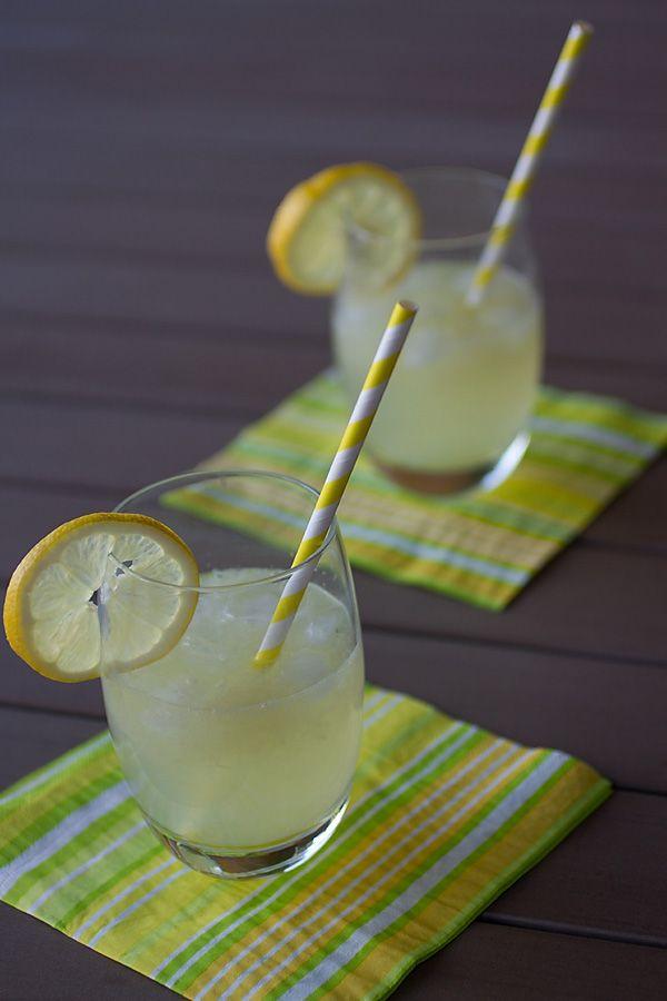 6 citrons bio non traités, 2litres d'eau, 50 gr de sucre semoule,menthe fraîche Faites bouillir deux litres d'eau et ajoutez y deux citrons coupés en grosses rondelles. Laissez infuser jusqu'à complet refroidissement. Pressez le jus des quatre citrons restants. Ajoutez le jus des citrons à l'eau citronnée refroidie, le sucre semoule. Mélangez, placez au frais et servez avec glaçons et feuilles de menthe.