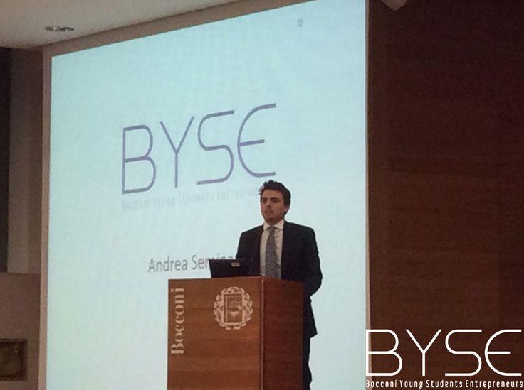 """Andrea Seminara, presidente di BYSE (Bocconi Young Students Entrepreneurs), presenta l'associazione all'inizio di """"Entrepreneurship Day"""""""