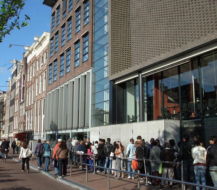 Prinsengracht 263. Gemütlich schlendere ich durch Amsterdam. Als würde mich die obige Adresse magisch anziehen, führt mich mein Weg über unzählige Brücken direkt an diesen geschichtsträchtigen Ort. Prinsengracht 263.   #Amsterdam #Anne Frank Haus Amsterdam #Anne Frank Versteck im Hinterhaus