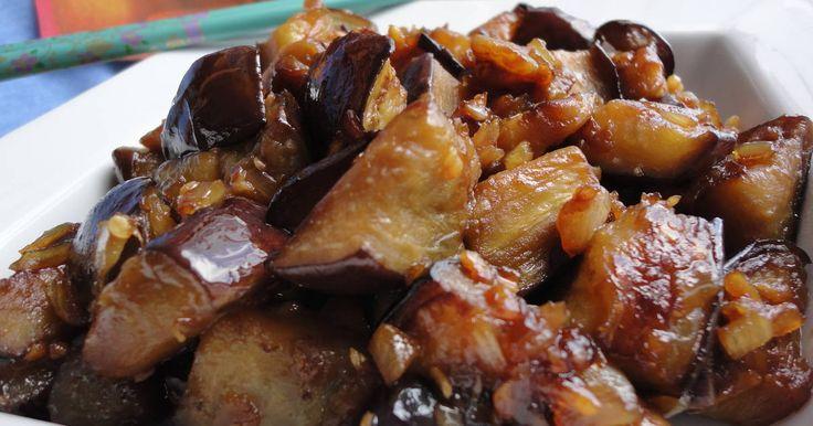 Fabulosa receta para Berenjena caramelizada al ajo y cebolla. Una receta asiática, perfecta como primer plato o como acompañamiento. Está llena de sabor e intensidad, deliciosa!