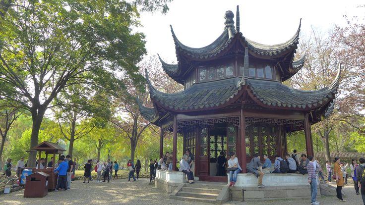 Ogród Skromnego Zarządcy – Suzhou, Chiny. Ogród wschodni posiada kilka budowli położonych wokół wielkiego trawnika i stawu. Ogrodowe pawilony i budowle miały oferować spokój i samotność na malowanie, ćwiczenia kaligrafii, medytację, picie herbaty, czy grę na instrumencie. Inspiracją miał być ogród tworzący obrazy przyrody, dla których okna i drzwi stanowiły swoistą ramę.