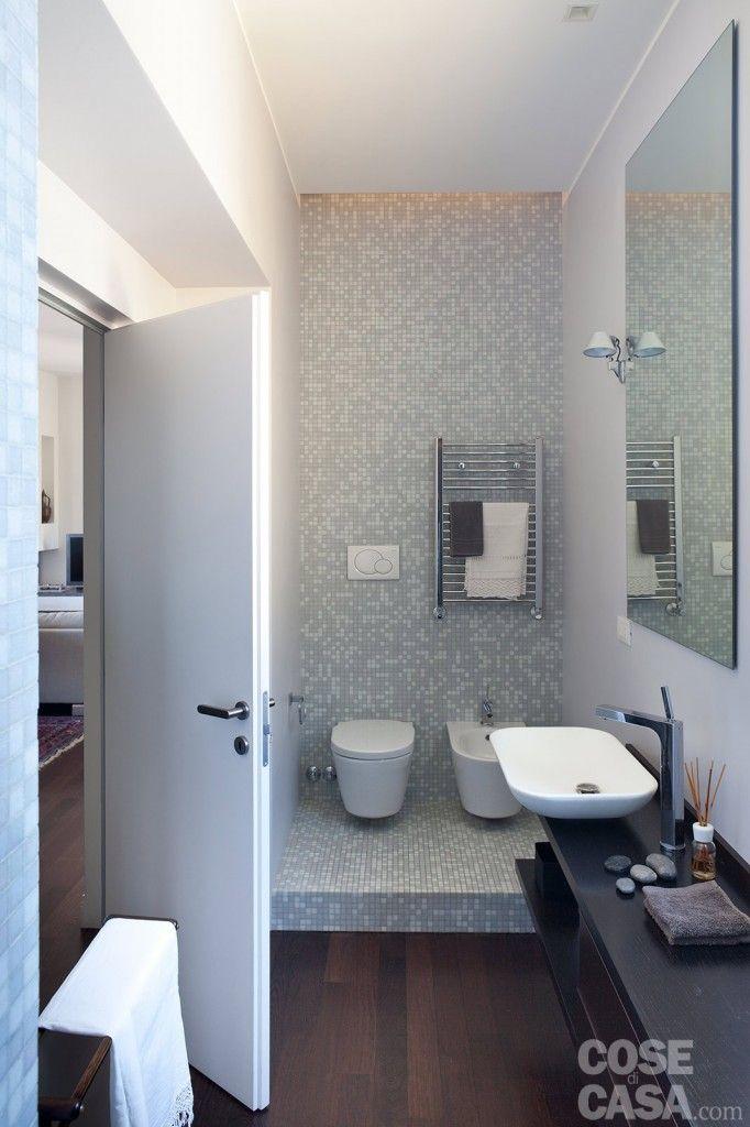 In bagno la soluzione adottata per il controsoffitto crea un effetto luminoso molto soft: il ribassamento termina infatti alcuni centimetri prima delle pareti di fondo, lasciando aperti i due lati corti. #bathroom #casa #home