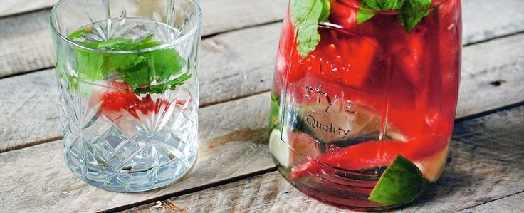 zelfgemaakte limonade van watermeloen, munt en limoen