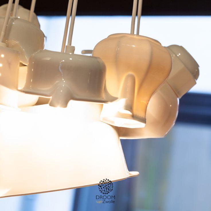 De lampen zijn gemaakt van een oud servies. Binnen het concept van Droom van Zwolle gebruiken we veel gerecyclede materialen.