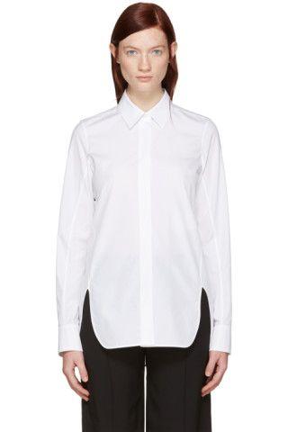 コットン ポプリンの長袖シャツ。カラーはホワイト。スプレッド カラー。フロントに隠しボタン留め。シングルボタンのバレル カフス。湾曲したサイドシームにベント。同系色ステッチ。