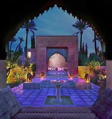 look at the colors in this moroccan courtyard, archway