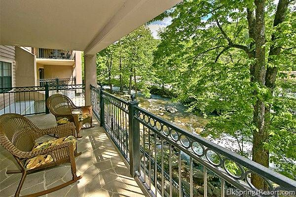 2 Bedroom Luxury Condo - Walk to Downtown - watch and listen to the creek beside your baclony.